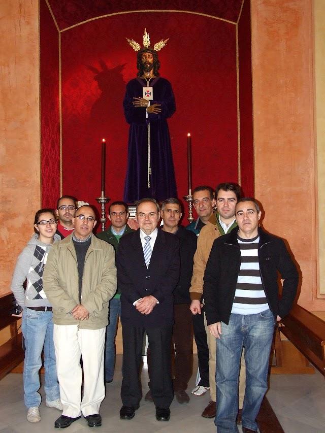 Dubé de Luque y su hijo con hermanos del Prendimiento ante el Señor Cautivo de Medinaceli, otra de sus grandes obras.
