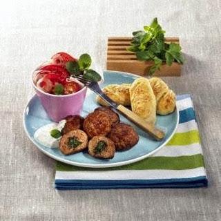 Frikadellen mit Kräuterfüllung und Tomatensalat