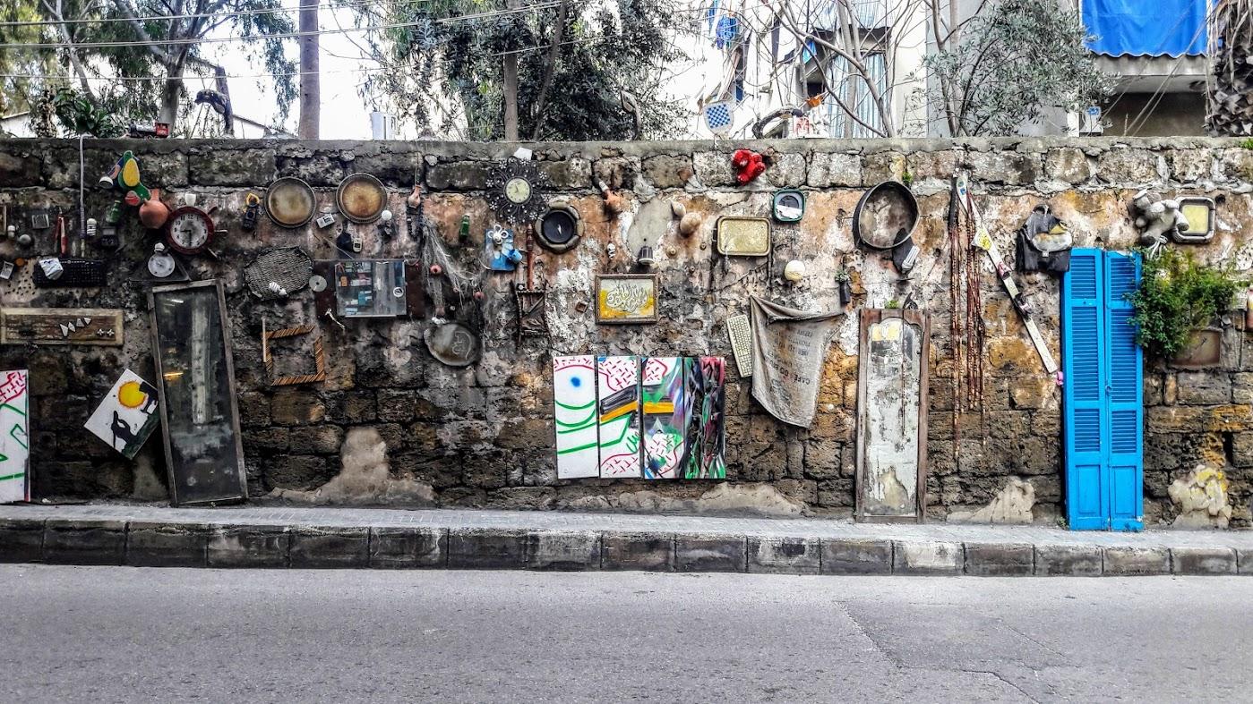 Ściana z antykami w Zokak El Blat