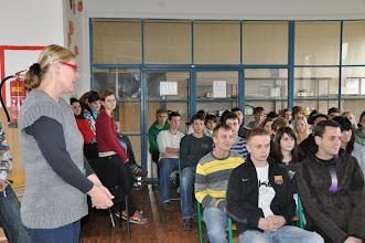 Photo: Paní kolegyně Hana Kurillová vítá v učebně výtvarné výchovy pana Kryla na našem gymnáziu.