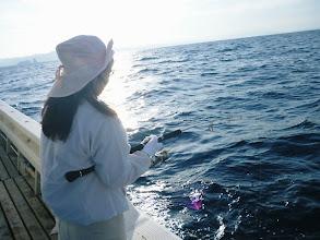 Photo: こちらも初乗船のタナカ夫人さん! インチクにヒット!