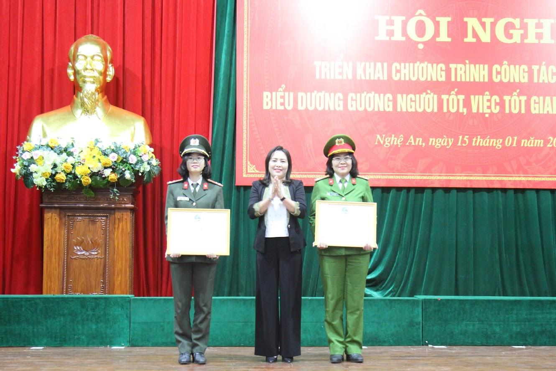 Đại diện Hội LHPN tỉnh Nghệ An trao giấy khen cho các Chi hội phụ nữ cơ sở Công an Nghệ An