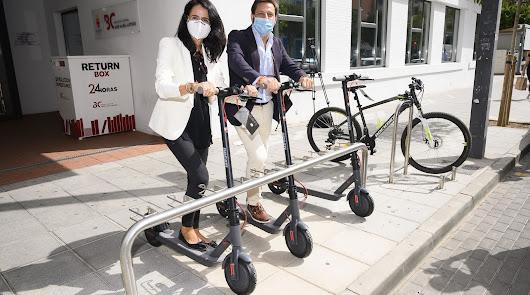 Estreno en la Biblioteca Municipal: nuevos aparcamientos para bicis y patinetes