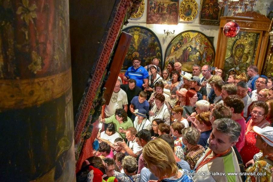 Паломники у входа в Пещеру Рождества. Храм Рождества Христова. Вифлеем.