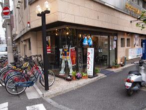 Photo: 同潤会上野下アパートの向かいにあった謎のガンダム(中はカプセルホテル)