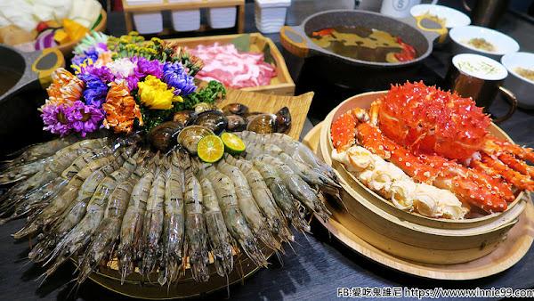鍠樂極上和牛海鮮鍋物。2018全新火鍋套餐就是要讓你剝蝦剝到手軟,還有兩大盤的肉,適合三~四人,還可以加購帝王蟹,一人約一千就可以吃到超豪華的海陸響宴,現在還有壽星夾肉肉活動唷!