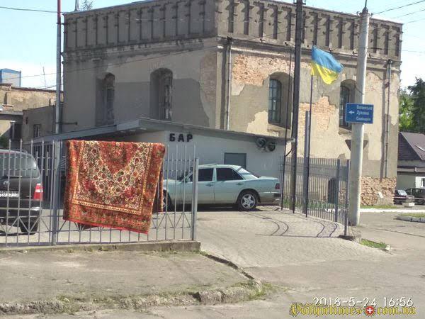 """Незаконна мийка """"Хай Вей"""" в охоронній зоні синагоги. Віктор Мархалевський"""