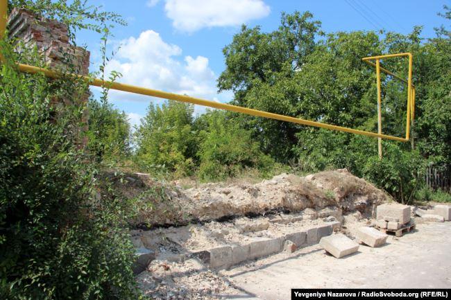 Перекази повідомляли, що надгробки з колишнього менонітського цвинтаря, використані для зведення розташованої поряд будівлі