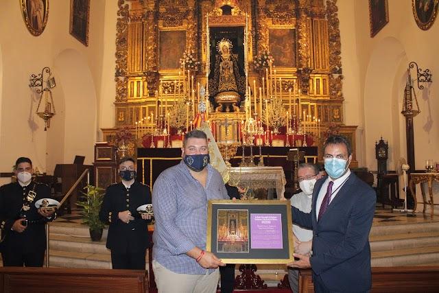 El hermano mayor de la Soledad hizo entrega de un recuerdo a la Banda ante la Virgen de la Soledad.