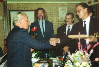 Photo: Voorzitter Jacques Verhoef ontvangt een cadeau tijdens de receptie van het 50-jarig bestaan.