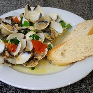 20 min meal: Delicious and easy steamed clams in white wine, garlic, chilli, lemon and parsley recipe