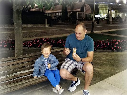 buono il gelato... ma è mio papà di elena_mainardi