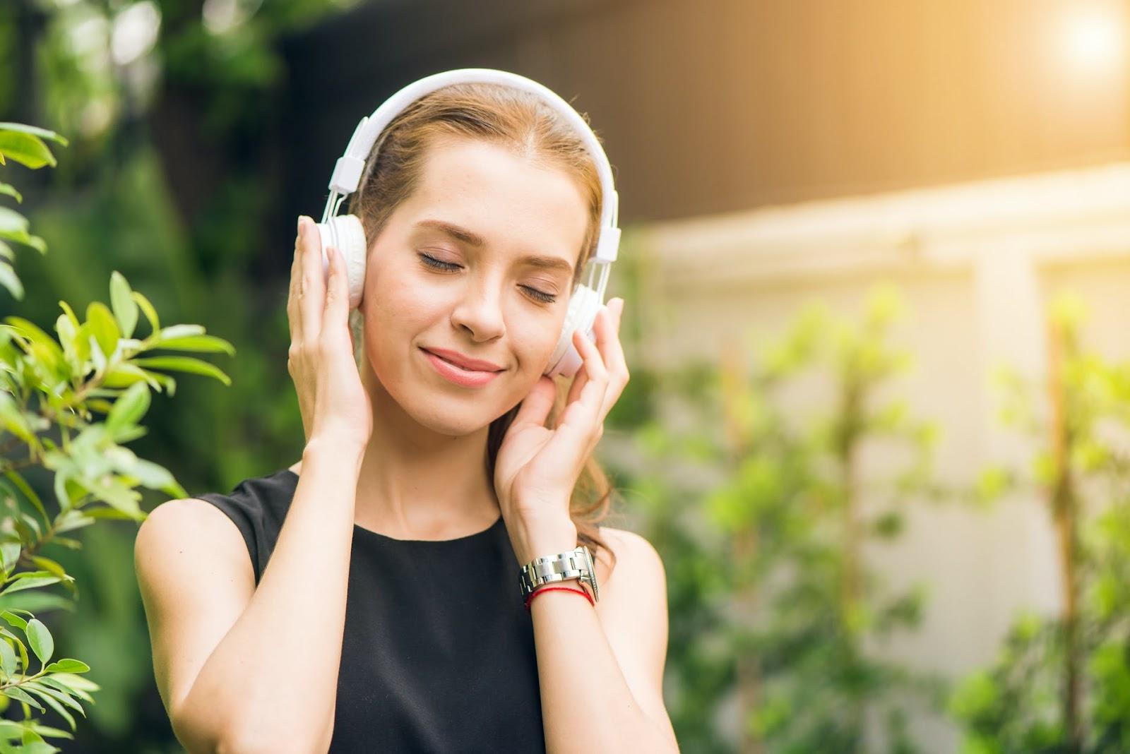 nghe nhiều là một cách để bớt sợ khi giao tiếp tiếng Anh | ELSA Speak