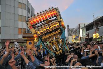 Photo: 【平成27年(2015) 本宮】 祭典本部前での神輿もみ