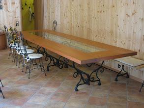 Photo: Tavolo con gambe in ferro battuto e ripiano in legno (fornito da Operazione Mato Grosso), sedie e panca in ferro battuto