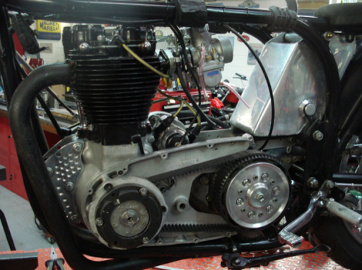 Moteur Triumph  Rickmann en cours de montage par machines et Moteurs dans un cadre Norton Featherbed