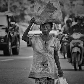 a hardworking mother by Kus Wantoro - People Street & Candids