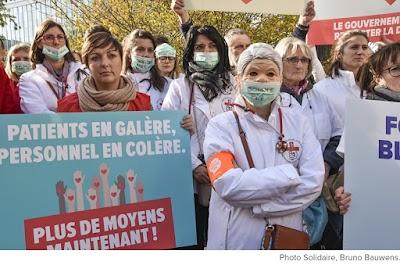 Demonstationsgruppe mit Transparent: Geschundene Patienten, wütendes Personal. Mehr Mittel jetzt! Eine Aktion der PvdA PTB, Belgien