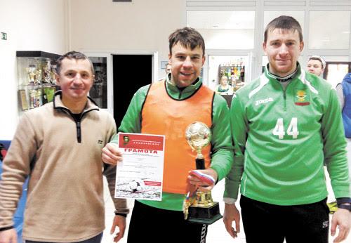 Капитан команды «Артёмовский», одержавшей победу, Александр Макаров (слева) и судья турнира Максим Шестаков