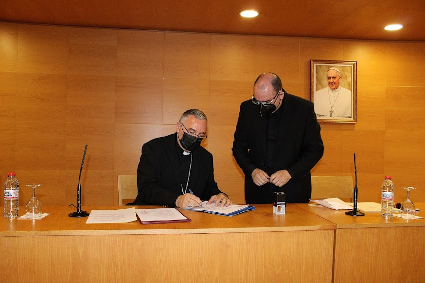 Firma del obispo ante el canciller secretario general.