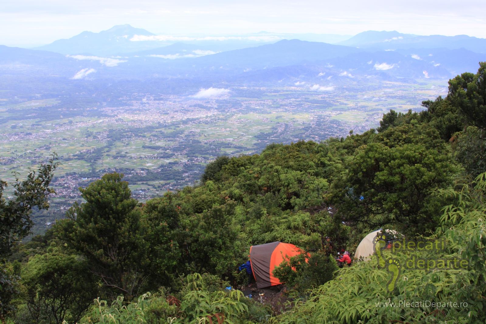 Camping pe vulcanul Gunung Marapi, Sumatra, Indonezia, 2.891m