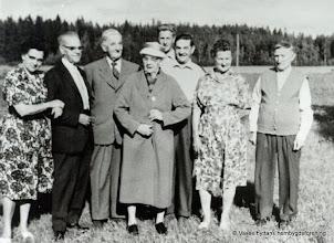 Photo: Asplund 1950. Fr v, Astrid o Gustav Persson, Hjalmar o Anna Pettersson, Ingemar, Erik o Signe Persson, Gustav Karlsson