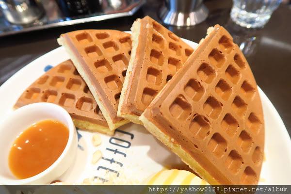 咖啡弄鬆餅三明治咖啡~~台北來的知名格子鬆餅,就在金典酒店一樓,每人低消一杯飲料,餐點還不錯,就是空間太小~~有完整菜單