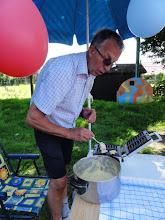 Photo: Onder de parasol met ballonnen: opa Georges van Mares en Matteo die wafeltjes bakt!