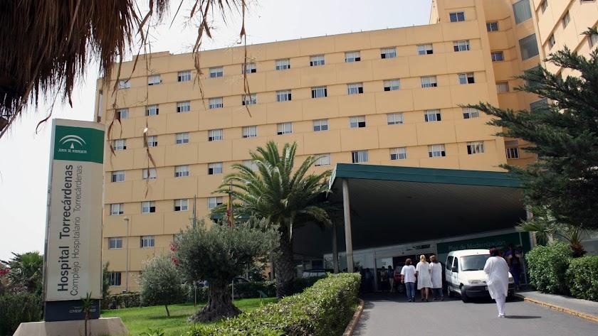 Profesionales sanitarios entran en el Hospital Torrecárdenas.