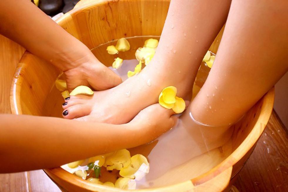 Ngâm chân mang lại cảm giác thoải mái nhưng lại có 5 nhóm người không nên làm nếu không muốn gây hại cho sức khỏe - Ảnh 2.