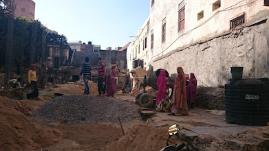 Photo: ... women working in house construction too