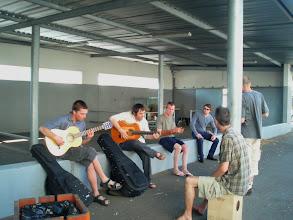 Photo: aficionados festiwalowi na podwórku liceum, w którym mieszka większość kursantów