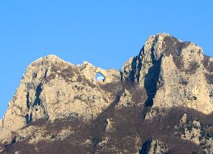 Photo: La Luna sorge nel varco naturale del Monte Forato (Apuane)