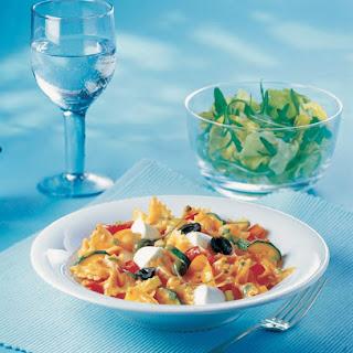 Farfalle mit sizilianischer Gemüsesauce und Babymozzarella