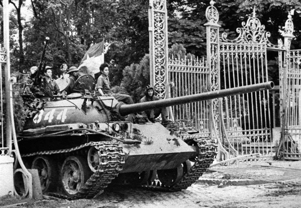 11 giờ 30 phút ngày 30/4/1975, xe tăng của quân giải phóng húc đổ cánh cổng dinh Độc Lập