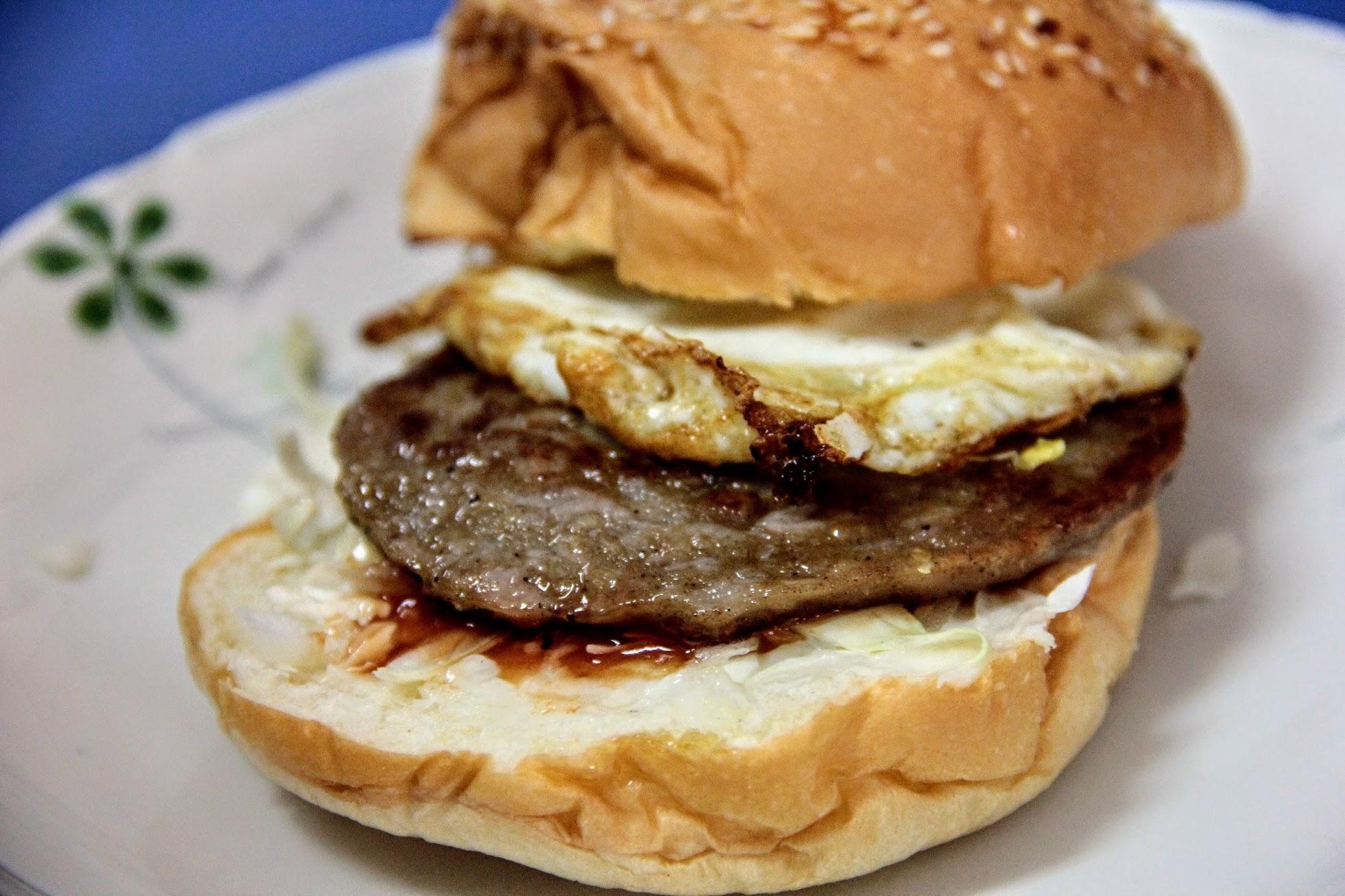 很古早味口感的漢堡,底下有塗上奶油和番茄醬