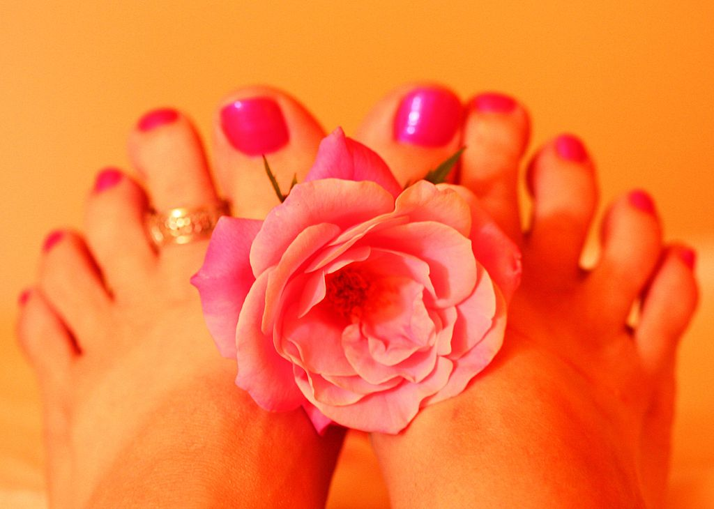 1024px-Woman's_Feet_Holding_Pink_Rose_Fresh_Pedicure.jpg