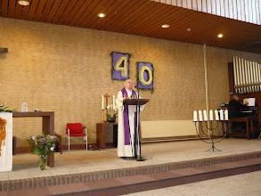 Photo: Pastor Wiegers nam het ontstaan van het gebouw nog eens door.