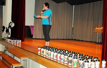 Photo: Trudy Kriech gibt die Rangierung der Darbietungen bekannt.