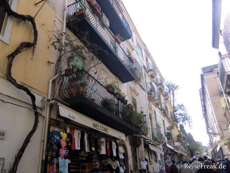 Corso Umberto I: Sorgfältig restaurierte Häuser säumen den bogenförmigen Lebensnerv des Ortes.