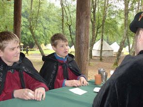 Photo: Björn und Volker mit Varik beim Kartenspiel.