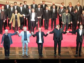 Photo: SALZBURG: FIDELIO. Premiere am 4.8.2015. Inszenierung: Claus Guth.  Schlussapplaus mit dem Regieteam - in der Mitte Claus Guth. Foto: Dr. Klaus Billand