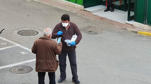 El alcalde de Fiñana repartiendo mascarillas.