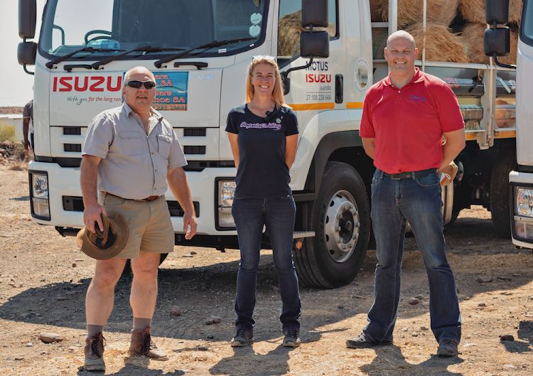 Farmer Hennie Alberts (left) from Merweville and dealer principal of Motus Isuzu Kimberley, Hannes Joubert (right) and his wife Michelle (centre).