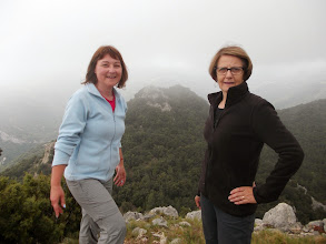 Photo: les championnes du jour:  Nicole et Agnès au sommet du Puig de Castell d'Arget, derrière le Puig de la Fillola