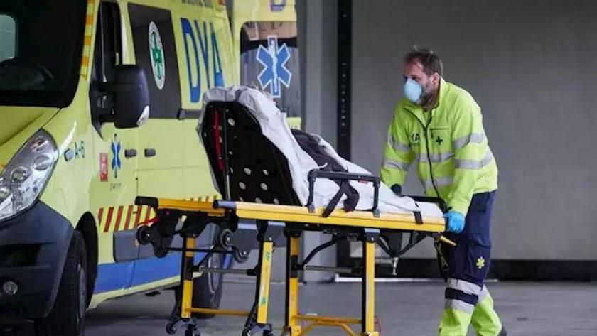 Miembros de una ambulancia del DYA Navarra procede al traslado de un paciente en el Complejo Hospitalario de Navarra.   Eduardo Sanz / Europa Press