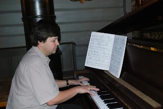 """Photo: Aure kyrkje, november 2009? (Spelar """"Fame"""")"""