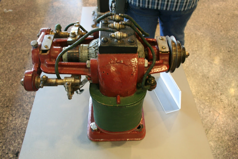 Photo: Von 1866: die erste Maschine, die Strom erzeugt. Erfinder ist Werner von Siemens. Es handelt sich um einen Nachbau.