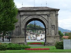 Photo: l'arc de triomphe d'Auguste érigé en 25 av. J.C.