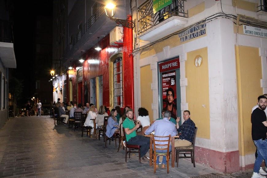 Almerienses en la terraza de La Mala, de calle Martínez Almagro.